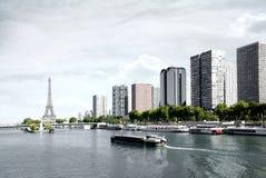 París, gabarra en el Sena y torre Eiffel Fotografía de archivo libre de regalías