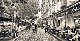 PARÍS - JUNIO DE 2014: Turistas en la puesta del sol a lo largo de las calles de la ciudad parís Imagen de archivo libre de regalías