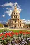 París, Les Invalides con los tulipanes, Francia foto de archivo libre de regalías