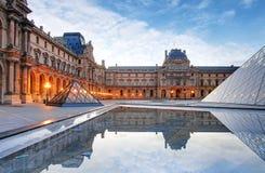 París - museo del Louvre en la salida del sol Fotografía de archivo