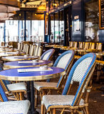 parís Opinión de la calle de un bistro con las tablas y las sillas Pari del café Foto de archivo