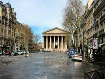 París, opinión de A Madeleine Church de la calle real Foto de archivo libre de regalías