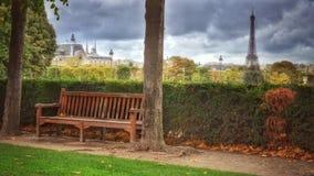 París, parque con la torre Eiffel Foto de archivo