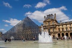 parís Pirámide de la lumbrera Fotos de archivo