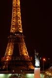 París por noche: Torre Eiffel y estatua de la libertad Fotos de archivo