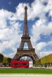 París, torre Eiffel con el omnibus rojo, Francia Imagen de archivo libre de regalías
