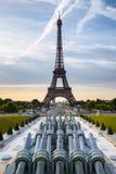 París, torre Eiffel, Trocadéro por mañana imagenes de archivo