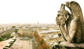 París y quimera en Notre Dame, Francia imagenes de archivo