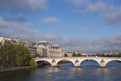 París y río Seine Imágenes de archivo libres de regalías