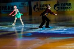 Par łyżwiarscy dzieci Zdjęcia Royalty Free