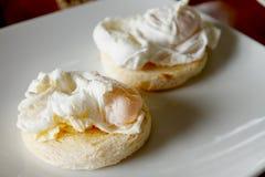Par av ägget benedict på den vita plattan Arkivfoton