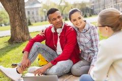 Par av älskvärda studenter som tillsammans spenderar tid royaltyfri fotografi