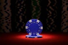 Par av överdängare och pokerchiper på svart bakgrund royaltyfria bilder