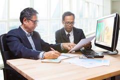 Par av affärsmannen team mötestrategianalys för plani Arkivbilder