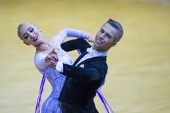 Par av Anton Kireev och Elina Vedenikova Performs Youth Standard det europeiska programmet Royaltyfri Foto