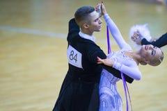 Par av Anton Kireev och Elina Vedenikova Performs Youth Standard det europeiska programmet Arkivfoto