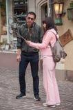 Par av asiatiska turister som tar en selfy bild i Colmar Arkivbilder