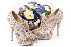 Par av beigaskor med blommor Fotografering för Bildbyråer