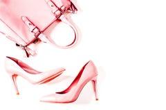 Par av beigea näcka kvinnors hög-heeled skor med handväskan på en bästa sikt för vit bakgrund, lekmanna- lägenhet, modebegrepp Royaltyfria Bilder