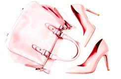 Par av beigea näcka kvinnors hög-heeled skor med handväskan på en bästa sikt för vit bakgrund, lekmanna- lägenhet, modebegrepp Arkivfoto