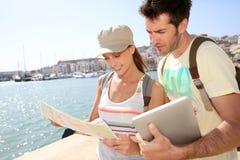 Par av borttappade turister som seaching för vägen Arkivfoto