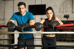 Par av boxare i en boxningsring Arkivfoton