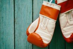 Par av boxninghandskar som hänger på en krok arkivbild