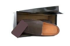 Par av bruna manliga skor framme av försäljningsasken Royaltyfri Bild