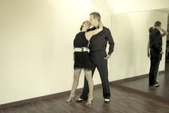 Par av dansare som dansar latindanser Arkivbild