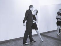Par av dansare som dansar latindanser Royaltyfri Bild
