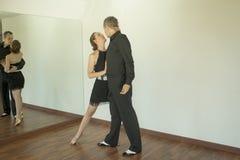 Par av dansare som dansar latindanser Royaltyfria Bilder