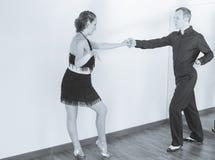 Par av dansare som dansar latindanser Arkivfoto