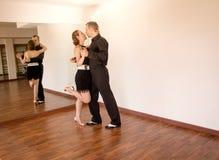 Par av dansare som dansar latindanser Fotografering för Bildbyråer