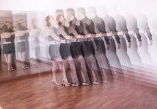 Par av dansare som dansar latindanser Arkivfoton