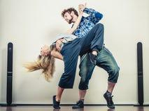 Par av danshöft-flygtur för ung man och kvinna Arkivbilder