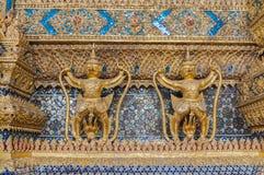 Par av den guld- garudastatyn framme av buddistkyrkan, Wat Royaltyfria Bilder