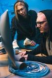 par av en hacker med bunten av kassa arkivbild