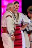 Par av folk sångare, gamala mannen och den unga kvinnan arkivbilder