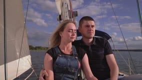 Par av folk tycker om närvaro av de Den unga mannen med flickan går vid havet på den stora vita yachten i lager videofilmer