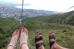 Par av fot över ett klippbrants- Royaltyfri Foto