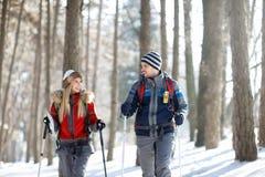 Par av fotvandrare i vinter som tillsammans fotvandrar fotografering för bildbyråer