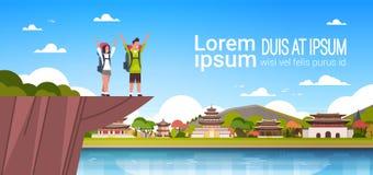 Par av gladlynta turister med ryggsäckar över härlig kinesisk byggnadsbakgrund med den kopieringsutrymmemannen och kvinnan vektor illustrationer