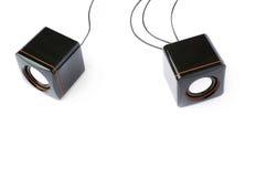 Par av glansiga solida högtalare som isoleras över den vita bakgrunden Royaltyfri Bild