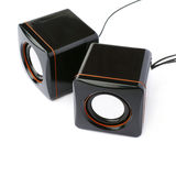 Par av glansiga solida högtalare som isoleras över den vita bakgrunden Arkivfoto