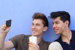 Par av grabbar som tar en selfie fotografering för bildbyråer