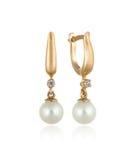 Par av guld- örhängen med isolerade diamanter och pärlor/ Royaltyfria Bilder