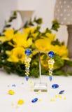 Par av härliga silverörhängen med gemstones på den naturliga bakgrunden Royaltyfri Bild