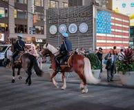 Par av hästar och där ryttare för NYPD-polisen som ses på patrullen i Times Square, New York City, USA fotografering för bildbyråer