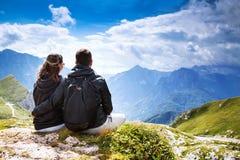 Par av handelsresande överst av ett berg Mangart Julian Alps, Arkivfoton