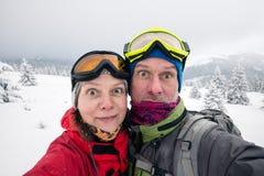 Par av handelsresande, med roliga framsidor som tar selfie Royaltyfria Bilder